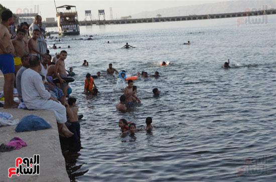 أهالي-مدن-وقري-الأقصر-يهربون-من-الطقس-الحار-في-نهار-شهر-رمضان-بالسباحة-في-نهر-النيل-(8)