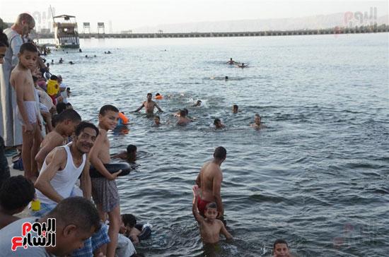 أهالي-مدن-وقري-الأقصر-يهربون-من-الطقس-الحار-في-نهار-شهر-رمضان-بالسباحة-في-نهر-النيل-(12)