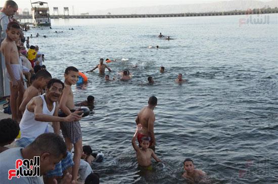 أهالي-مدن-وقري-الأقصر-يهربون-من-الطقس-الحار-في-نهار-شهر-رمضان-بالسباحة-في-نهر-النيل-(2)
