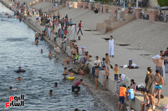 أهالي-مدن-وقري-الأقصر-يهربون-من-الطقس-الحار-في-نهار-شهر-رمضان-بالسباحة-في-نهر-النيل-(13)