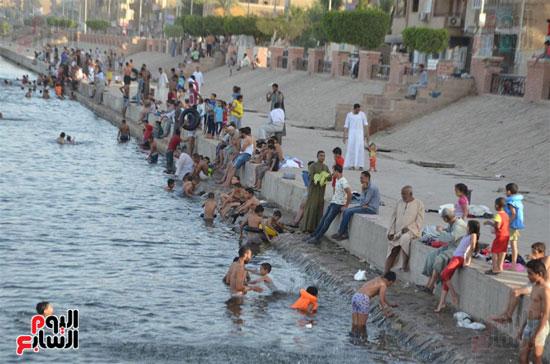 أهالي-مدن-وقري-الأقصر-يهربون-من-الطقس-الحار-في-نهار-شهر-رمضان-بالسباحة-في-نهر-النيل-(1)