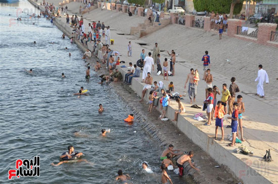 أهالي-مدن-وقري-الأقصر-يهربون-من-الطقس-الحار-في-نهار-شهر-رمضان-بالسباحة-في-نهر-النيل-(11)