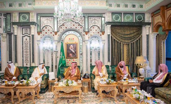 الملك سلمان بعد وصوله مكة المكرمة