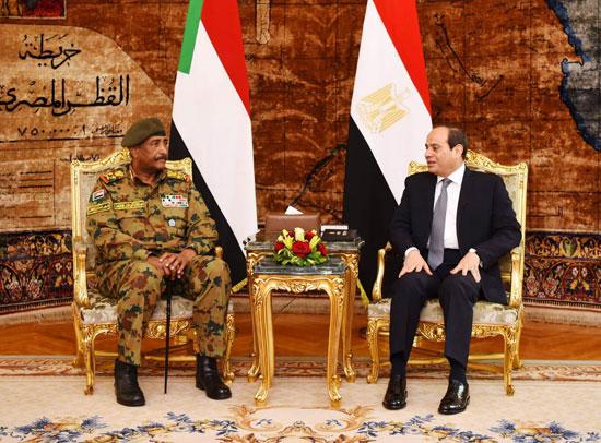 السيسى يستقبل رئيس المجلس العسكري الانتقالي بالسودان (1)