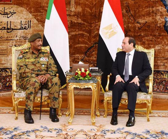 السيسى يستقبل رئيس المجلس العسكري الانتقالي بالسودان (4)