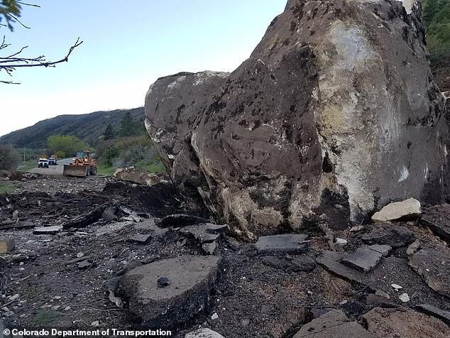 صخرة بحجم منزل تغلق طريق.. والمسئولون يفكرون فى تفجيرها (1)