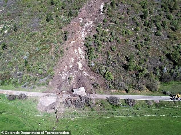صخرة بحجم منزل تغلق طريق.. والمسئولون يفكرون فى تفجيرها (3)
