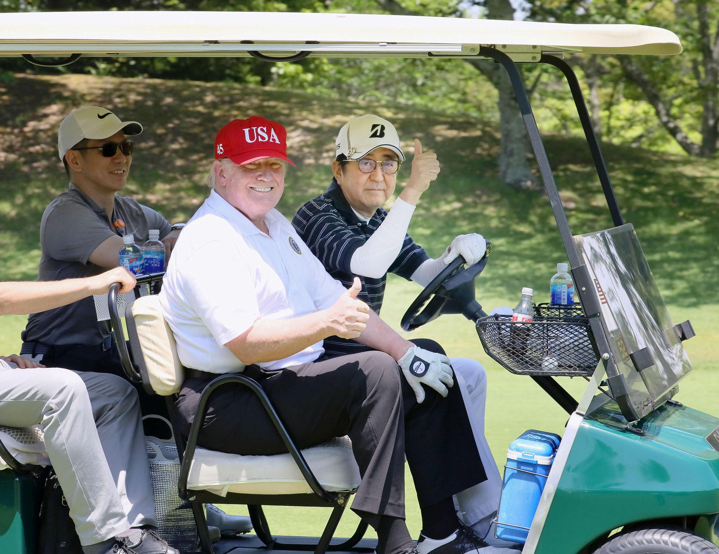 ترامب وآبى على متن سيارة الجولف