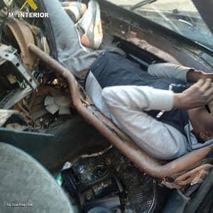 أحد المتسللين داخل محرك السيارة