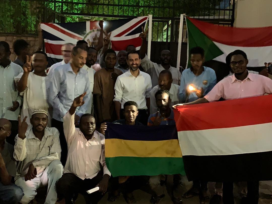 السفير البريطانى فى السودان يقدم افطار للصائمين 4