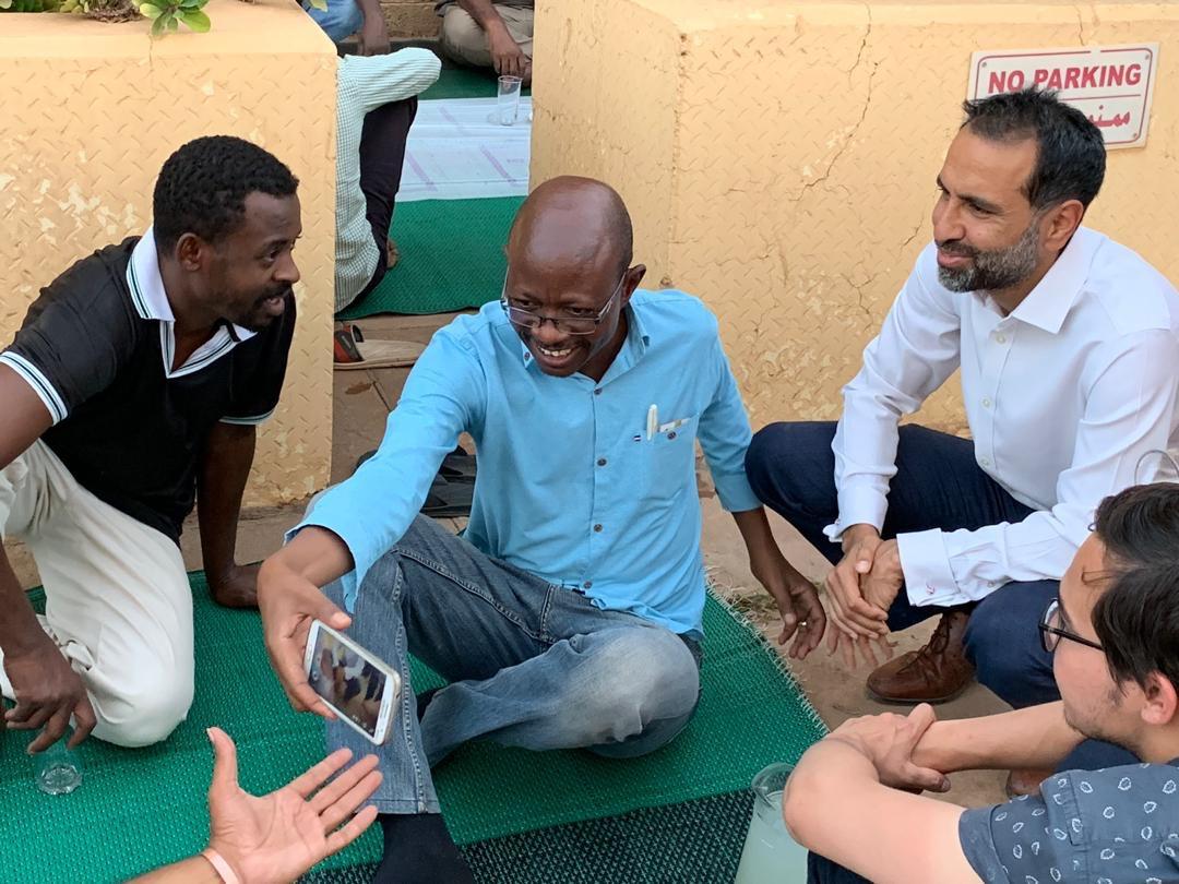 السفير البريطانى فى السودان يقدم افطار للصائمين 3