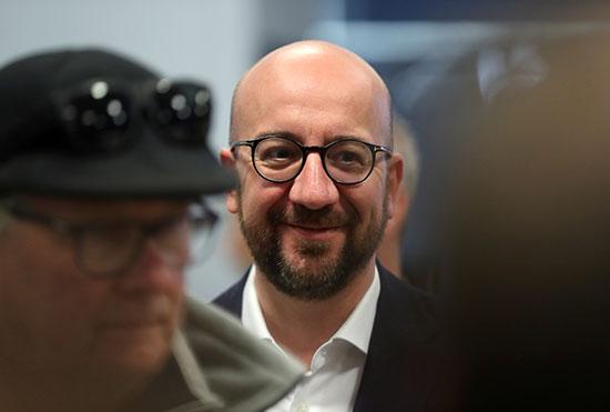 رئيس وزراء بلجيكا ينتظر دوره للإدلاء بصوته