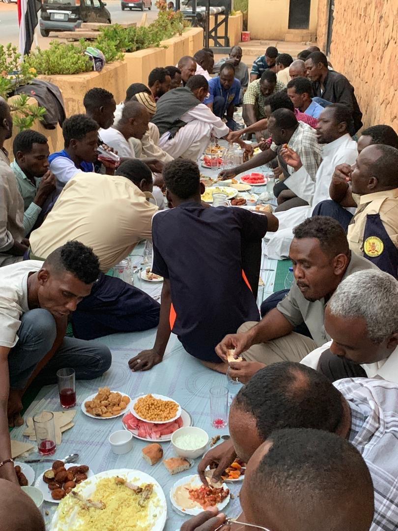 السفير البريطانى فى السودان يقدم افطار للصائمين