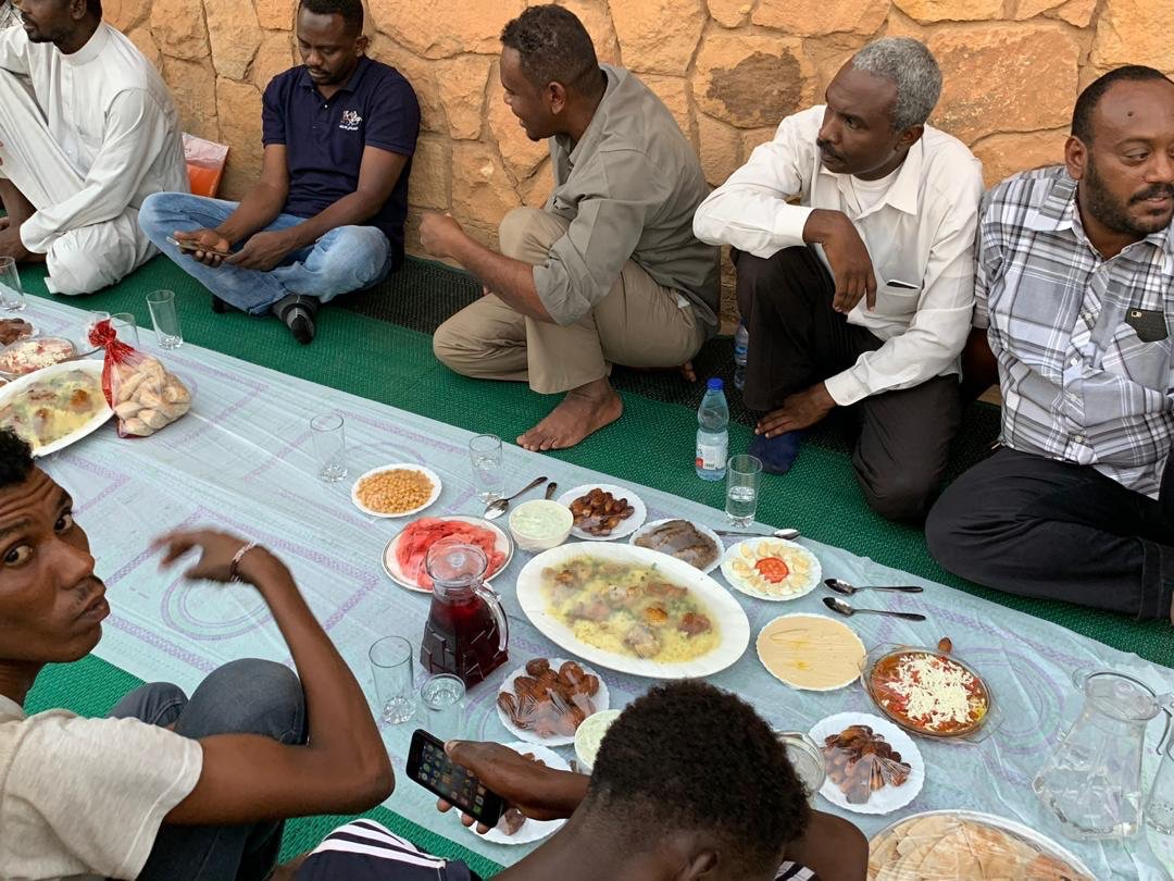 السفير البريطانى فى السودان يقدم افطار للصائمين 2