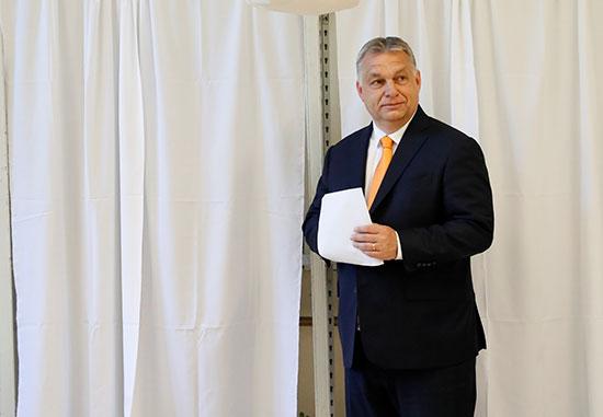 فيكتور أوربان يحمل ورقة الاقتراع الخاصة به