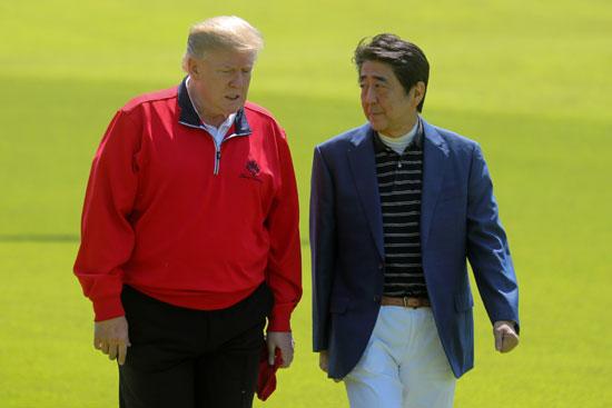 ترامب-ورئيس-وزراء-اليابان-يلعبان-الجولف-10