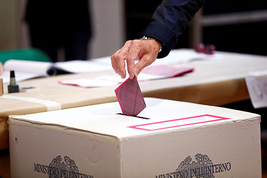 مواطن يضع صوته بالصندوق