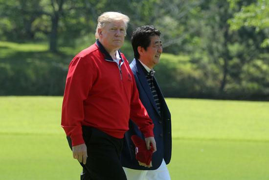 ترامب-ورئيس-وزراء-اليابان-يلعبان-الجولف-9