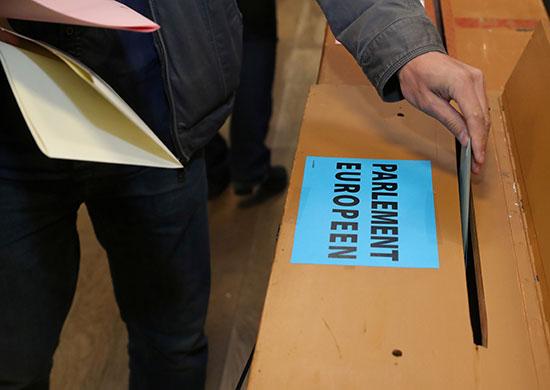 شخص يضع صوته فى صندوق الاقتراع