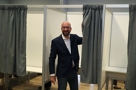 رئيس وزراء بلجيكا يدلى بصوته