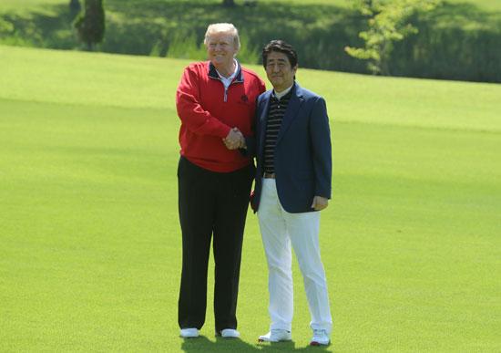 ترامب-ورئيس-وزراء-اليابان-يلعبان-الجولف-11