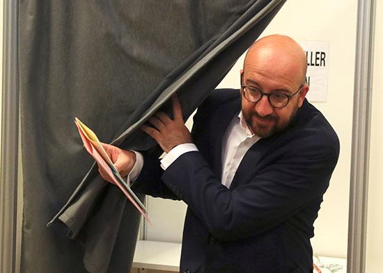 رئيس وزراء بلجيكا أثناء خروجه من المكان المخصص للإدلاء بصوته