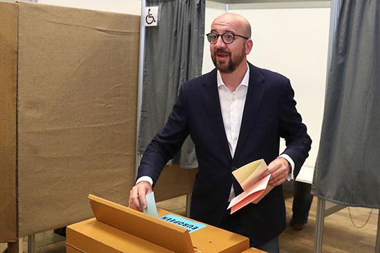 رئيس الوزراء البلجيكى يضع صوته داخل صندوق الاقتراع