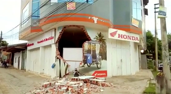 تحطم جدار منزل جراء الزلزال