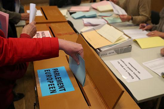 مواطنة تضع صوتها داخل صندوق الاقتراع