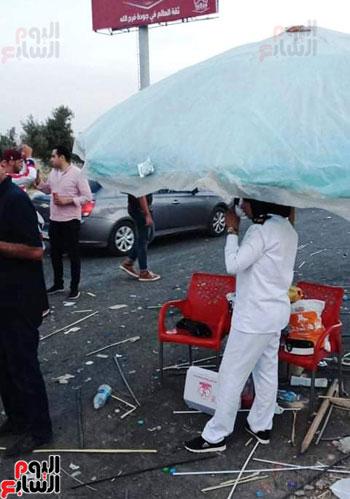 قوات الامن تفطر فى الشارع قبل انطلاق المباراة (2)