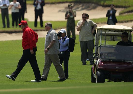 ترامب-ورئيس-وزراء-اليابان-يلعبان-الجولف-5