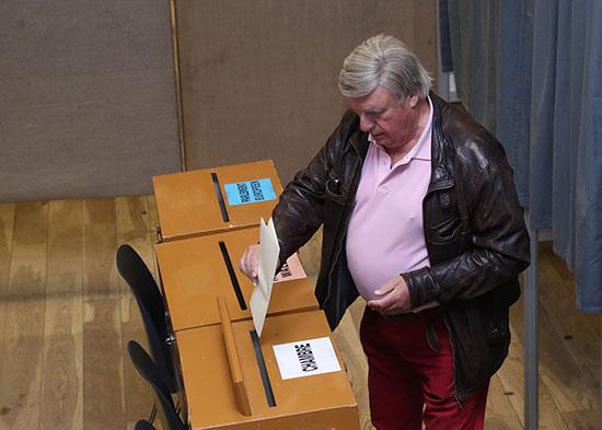 مواطن يضع صوته داخل صندوق الاقتراع