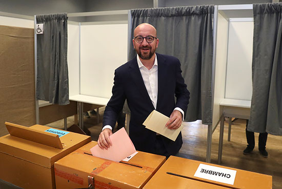 ميشيل يضع صوته فى صندوق الاقتراع