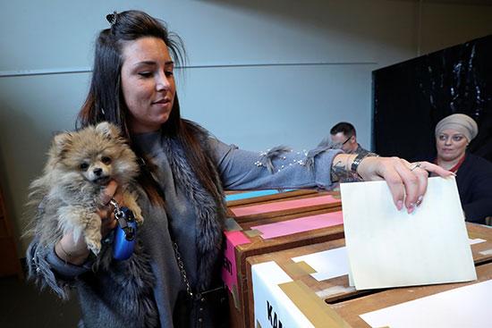 مواطنة تشارك فى الانتخابات الأوروبية تصطحب كلبها