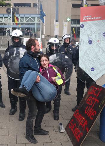 لحظة اعتقال إحدى المتظاهرات