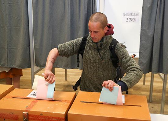 مواطن يدلى بصوته فى انتخابات البرلمان الأوروبى
