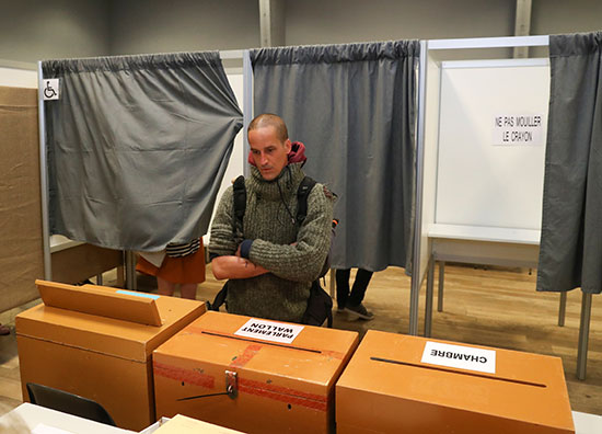 مواطن يضع صوته فى صندوق الاقتراع