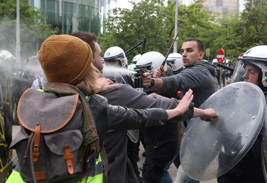 اطلاق غاز الفلفل ضد المحتجين