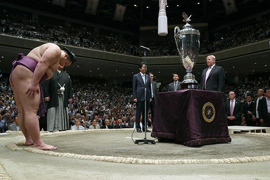 الرئيس الأمريكى يتلقى تحية الفائز فى البطولة