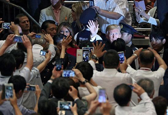 ترامب محاطا بالكاميرات أثناء تواجده بملعب المصارعة