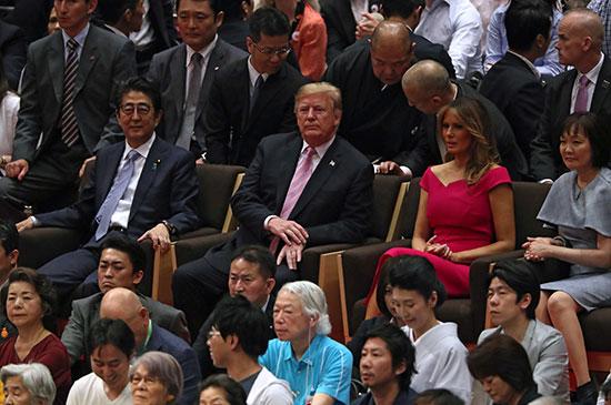 ميلانيا وترامب ورئيس وزراء اليابان