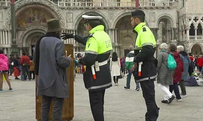 الشرطة تطالب بانكسى بالرحيل