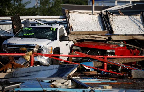تحطم سيارات جراء الاعصار
