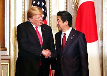 ترامب يصافح رئيس وزراء اليابان