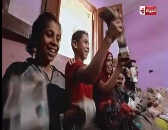 الاسرة الفائزة بجائزة البرنامج تلوح بالأموال