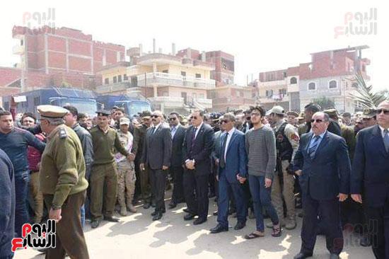 محافظ الشرقية والقيادات الأمنية خلال الجنازة