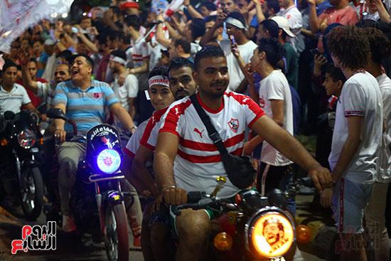 احتفالات جماهير الزمالك في شارع جامعة الدول العربية1 (25)