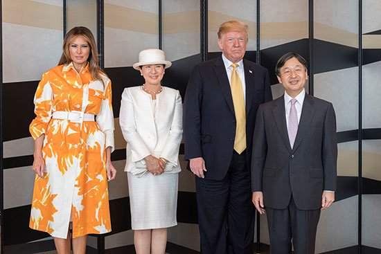 ترامب وقرينته يودعان امبراطور اليابان (2)