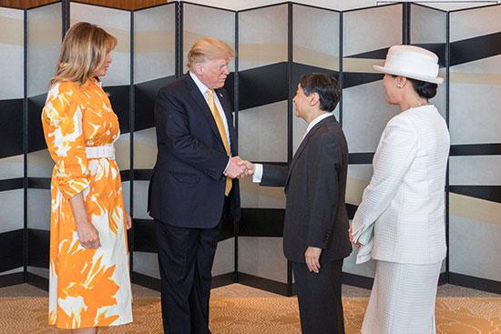 ترامب وقرينته يودعان امبراطور اليابان (1)