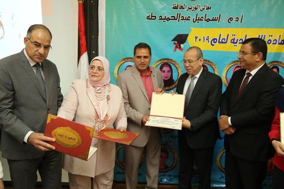 محافظ كفر الشيخ يكرم مسئولي كنترول الشهادة الإعدادية  (1)